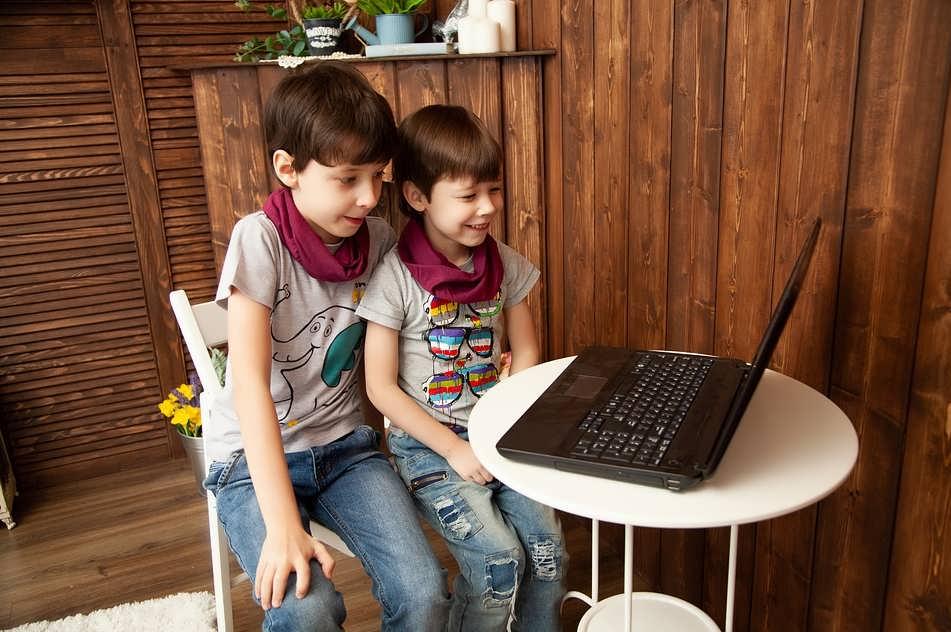 Дети смотрят ноутбук